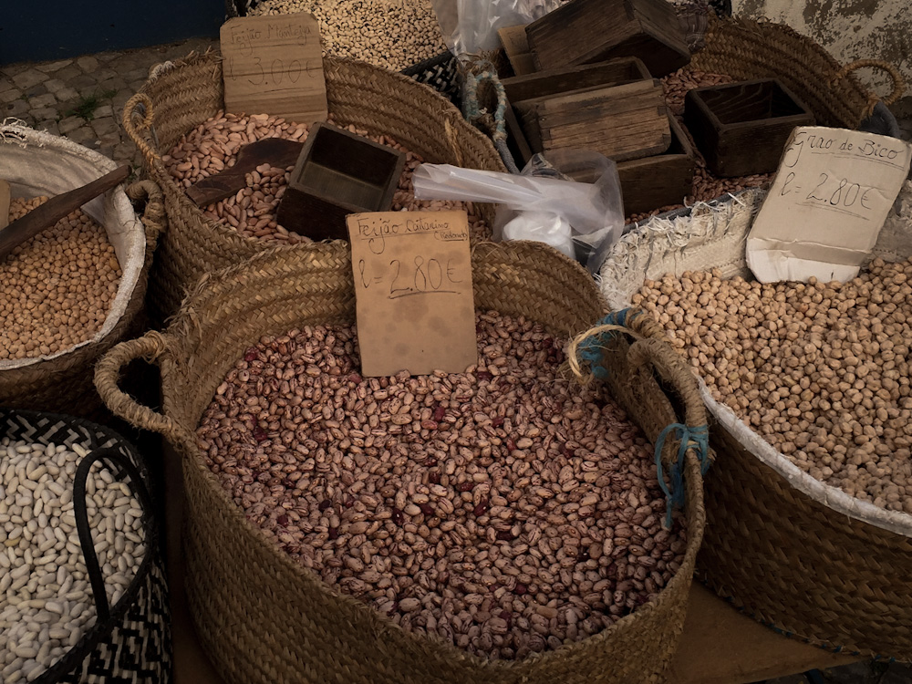Bio und unverpackt einkaufen in der Algarve: Körbe mit Lebensmitteln