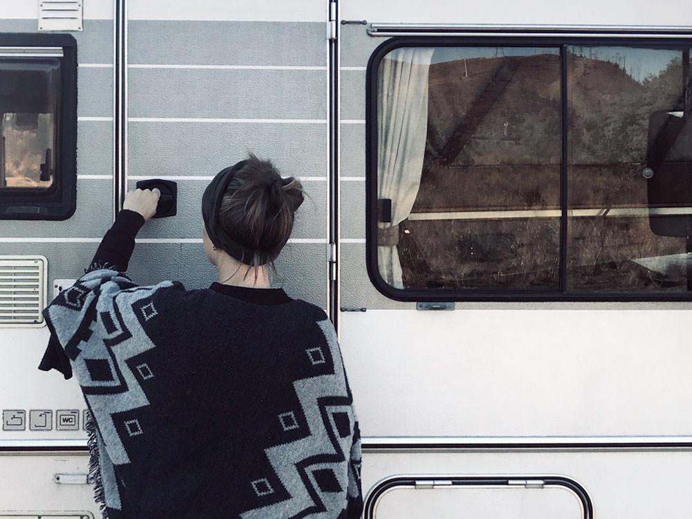 Minimalistisch reisen: Mareen schließt das Wohnmobil ab