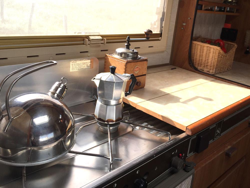 Zero Waste Camper: Auf dem Gasherd stehen ein Flötenkessel und ein Espressokocher