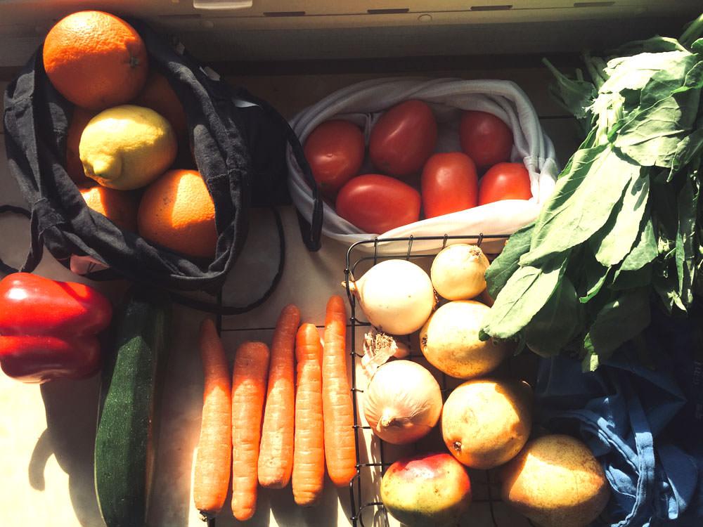 Zero Waste Camper: Buntes Obst und Gemüse, teilweise in Stoffbeuteln gelagert