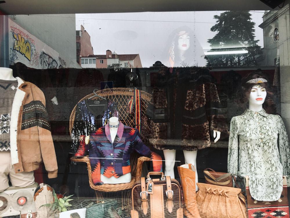 Second Hand Lissabon: Schaufenster mit zwei Schaufensterpuppen in Vintage Kleidung