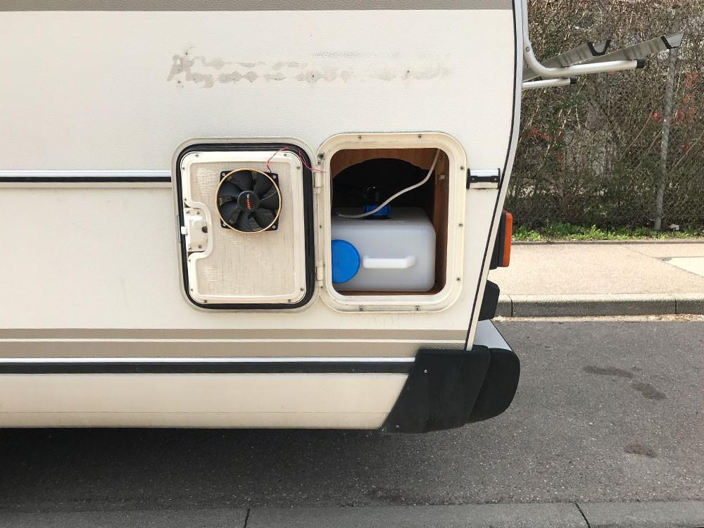 Trockentrenntoilette: In der Versorgungsklappe ist ein Lüfter eingebaut