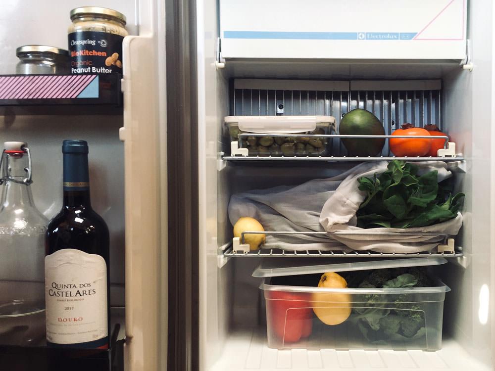 Zero Waste Küche: Ein geöffneter Kühlschrank voll gefüllt mit buntem Gemüse.