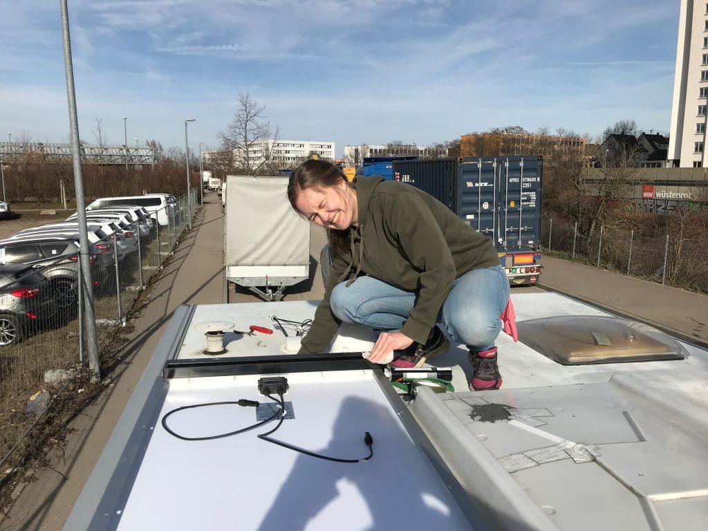 Montage des ersten Solarpanels auf dem Dach unseres Wohnmobils