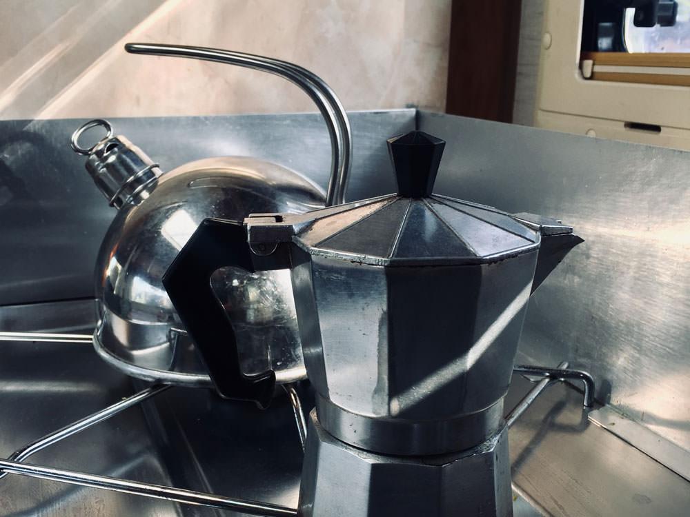 Gasverbrauch im Camper: Wasserkessel und Espressokocher stehen auf dem Gasherd