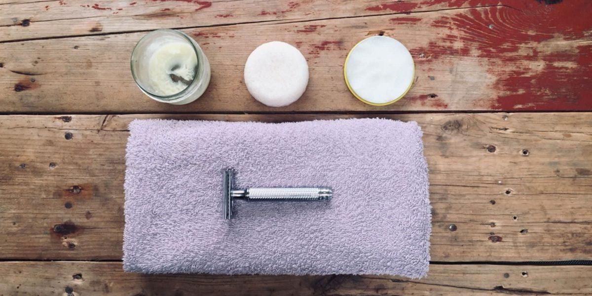 Körperpflege im Camper: Zwei Stück Seifen und ein Rasierhobel liegen auf einem Handtuch