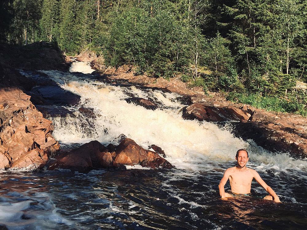 Körperpflege im Camper: Fabi badet vor einem Wasserfall
