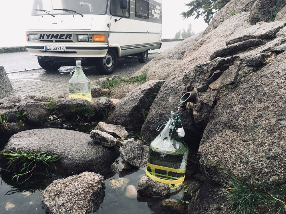 Wasserfilter: Ungefiltertes Wasser aus einer natürlichen Quelle