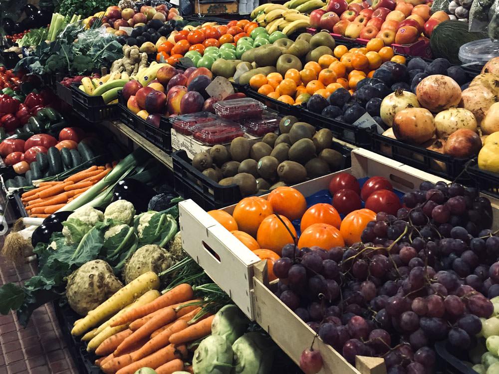 Buntes Obst und Gemüse auf einem Marktstand