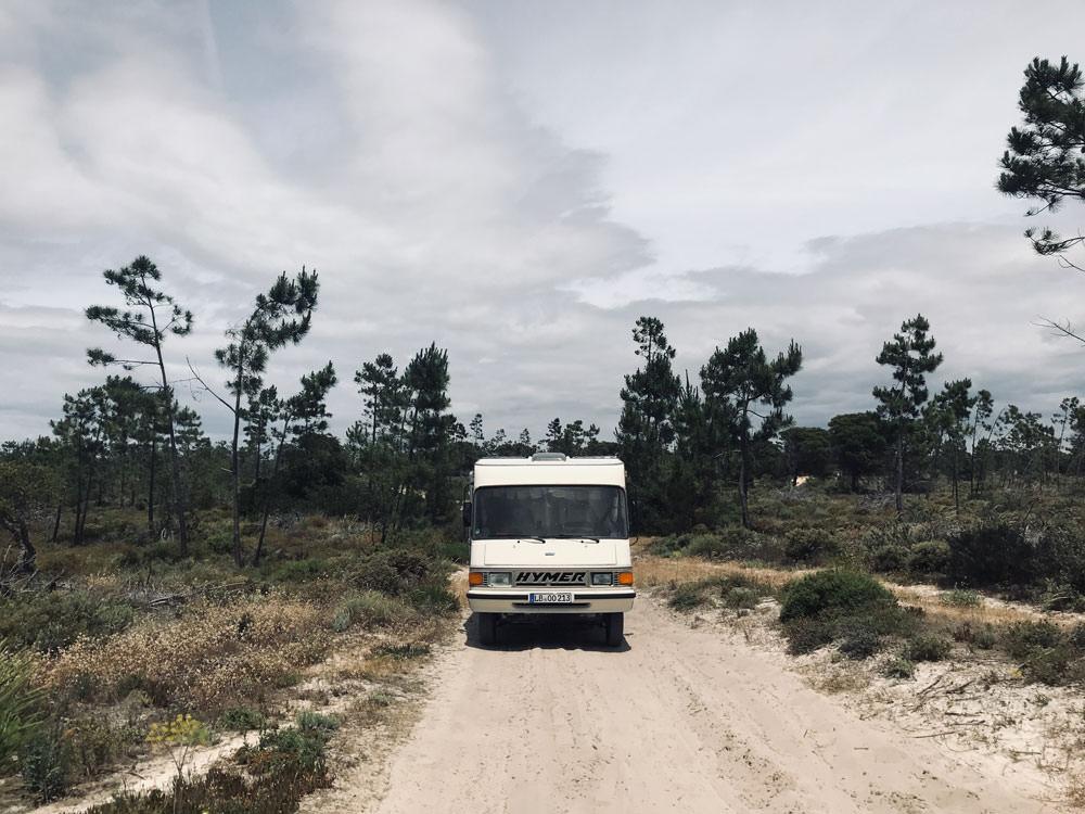 Freistehen in Portugal: Über einen unbefestigten Sandweg geht's zum nächsten Freistehplatz