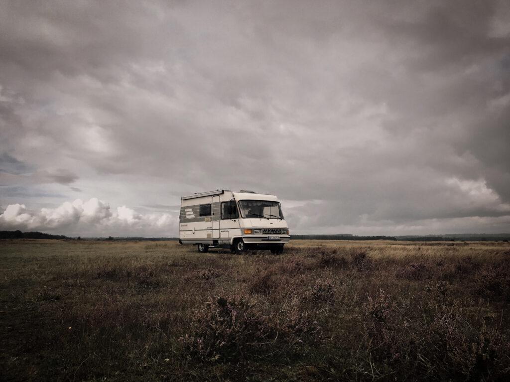 Wohnmobil auf weiter Wiese