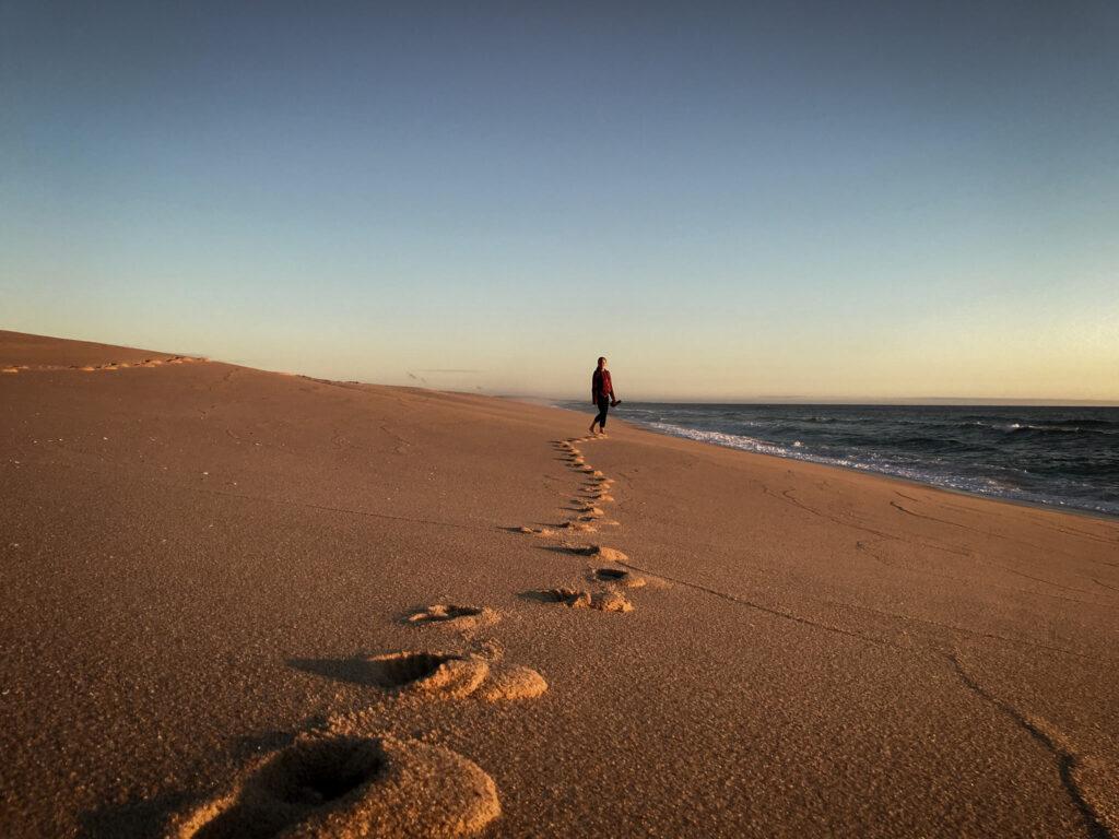 Nachhaltiges Vanlife: Fußspuren im Sand