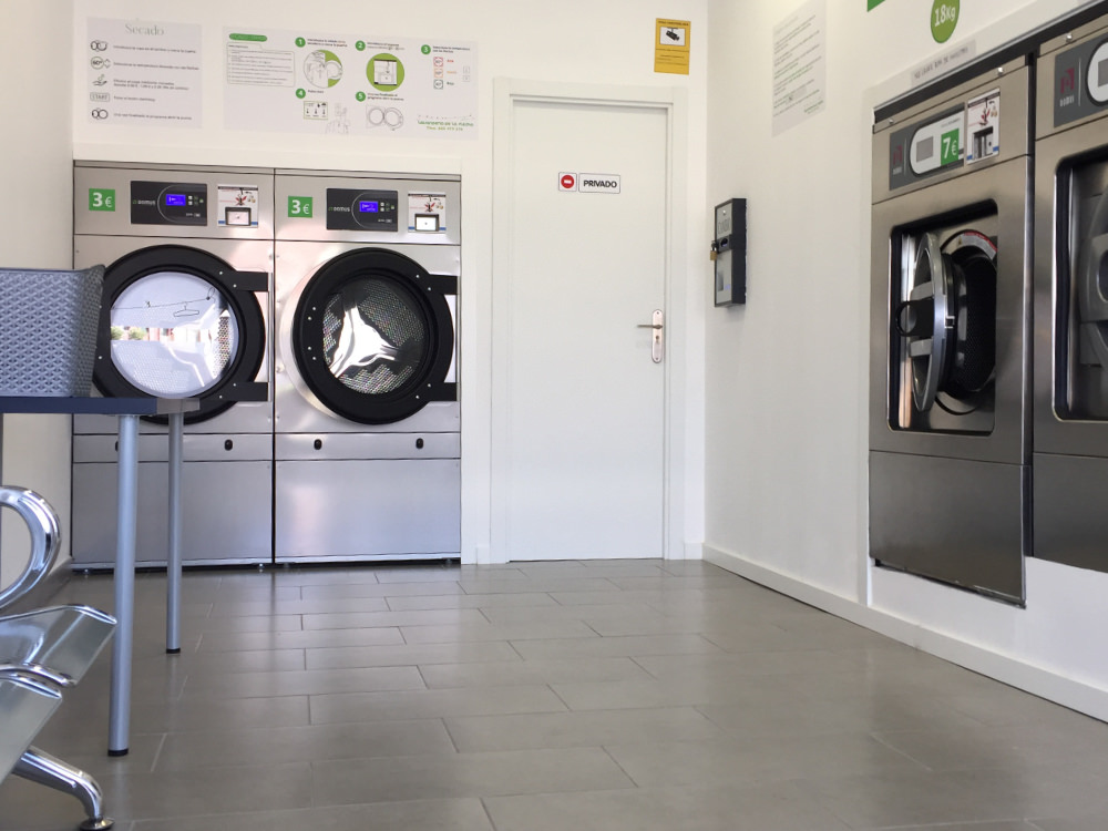 Wäsche waschen: In einem Waschsalon stehen einige Waschmaschinen und Trockner