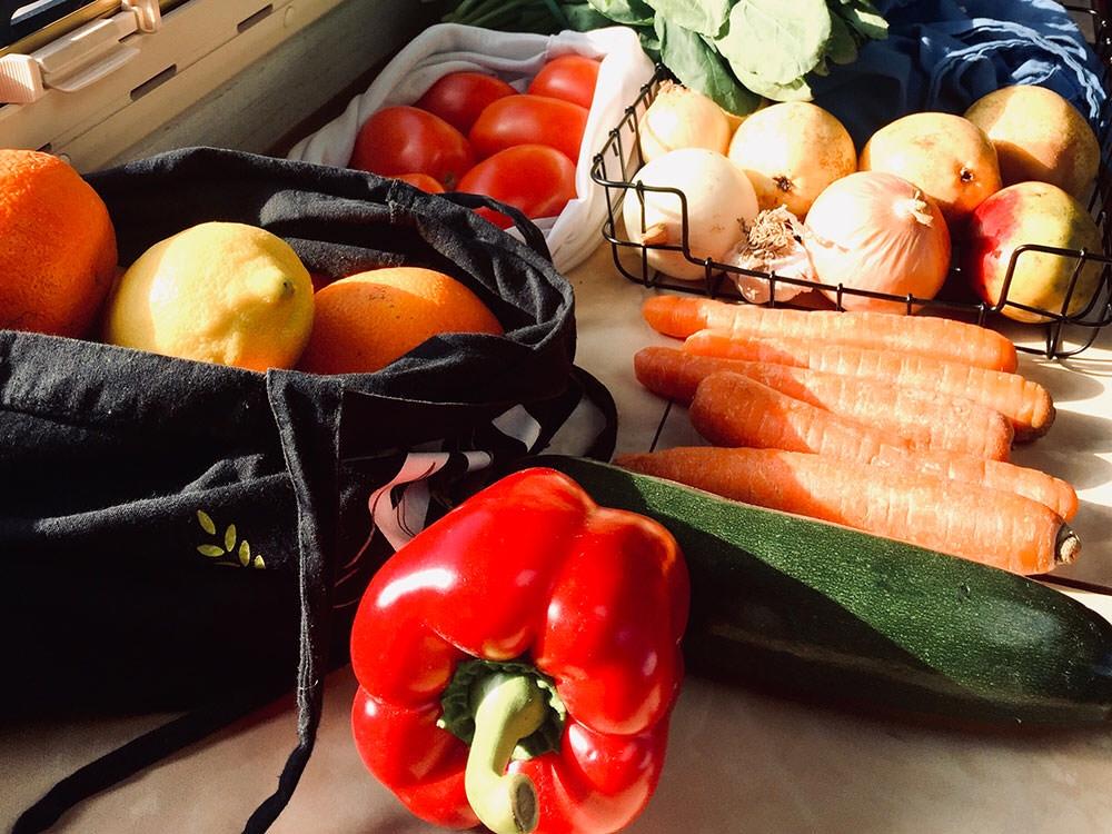 Lebensmittellagerung: frisches Obst und Gemüse im Camper
