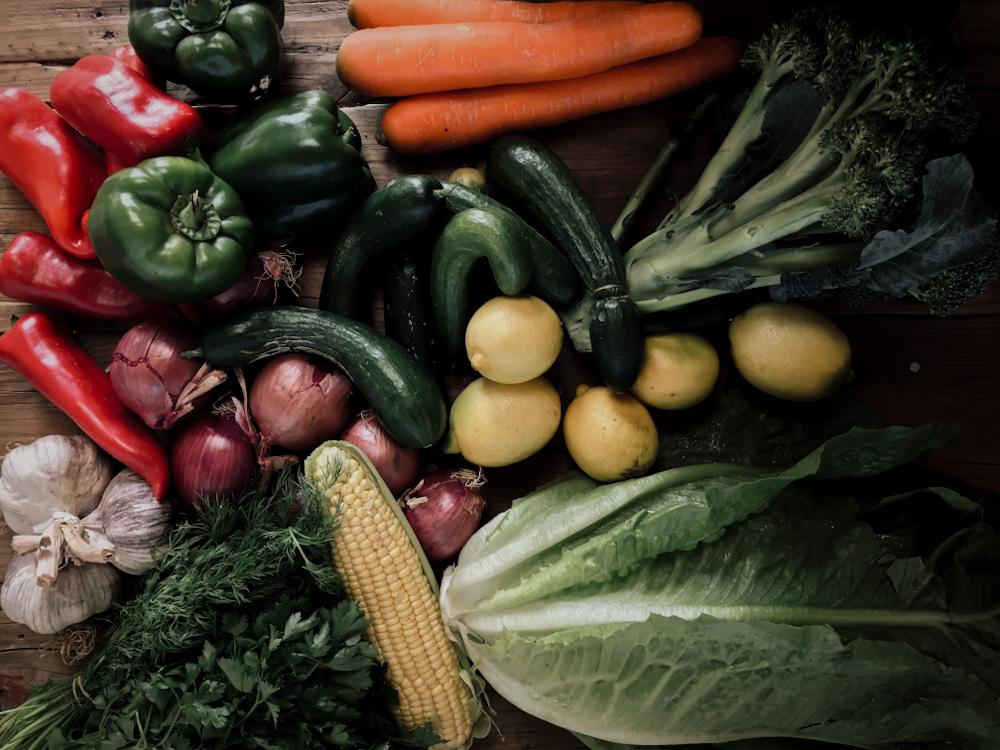 Wochenmarkteinkauf mit buntem Obst und Gemüse