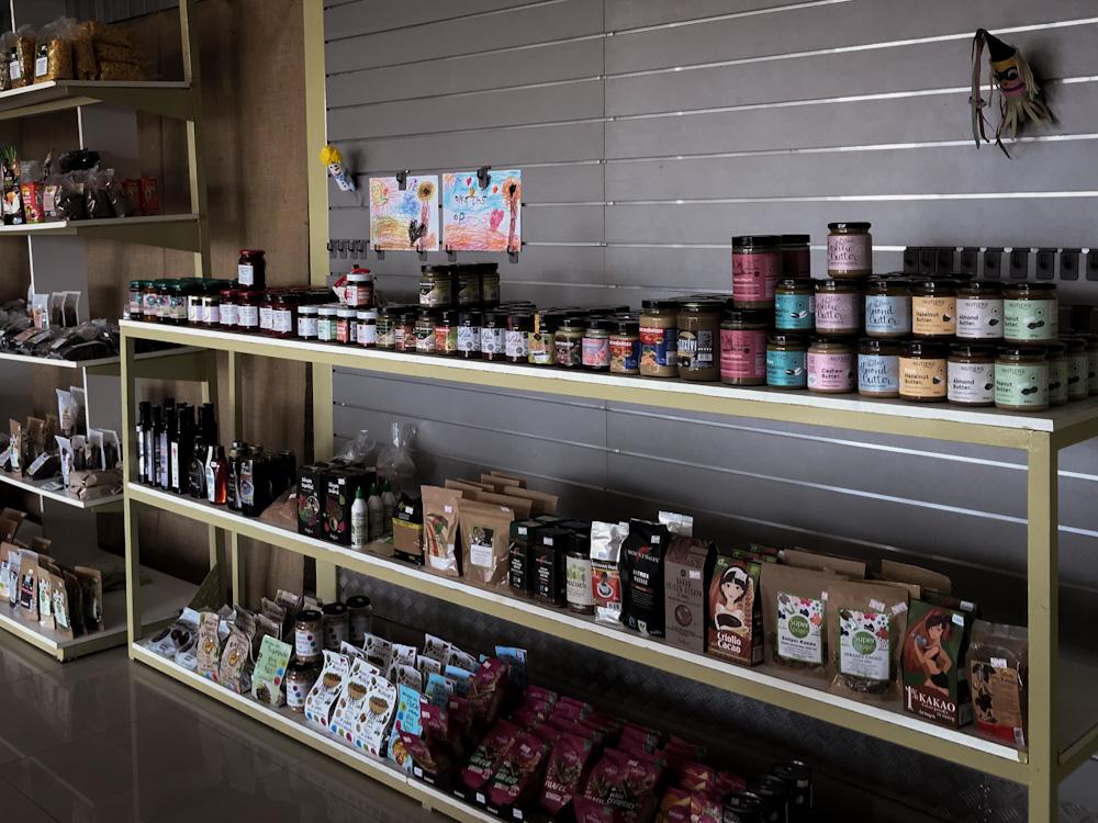 Just Vegan in Kalamata: Regale voller Lebensmittel