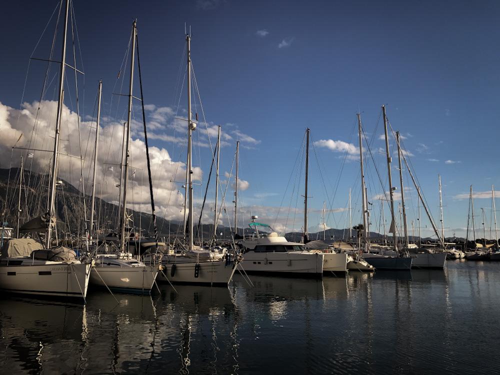 Segelbotte im Hafen von Kalamata