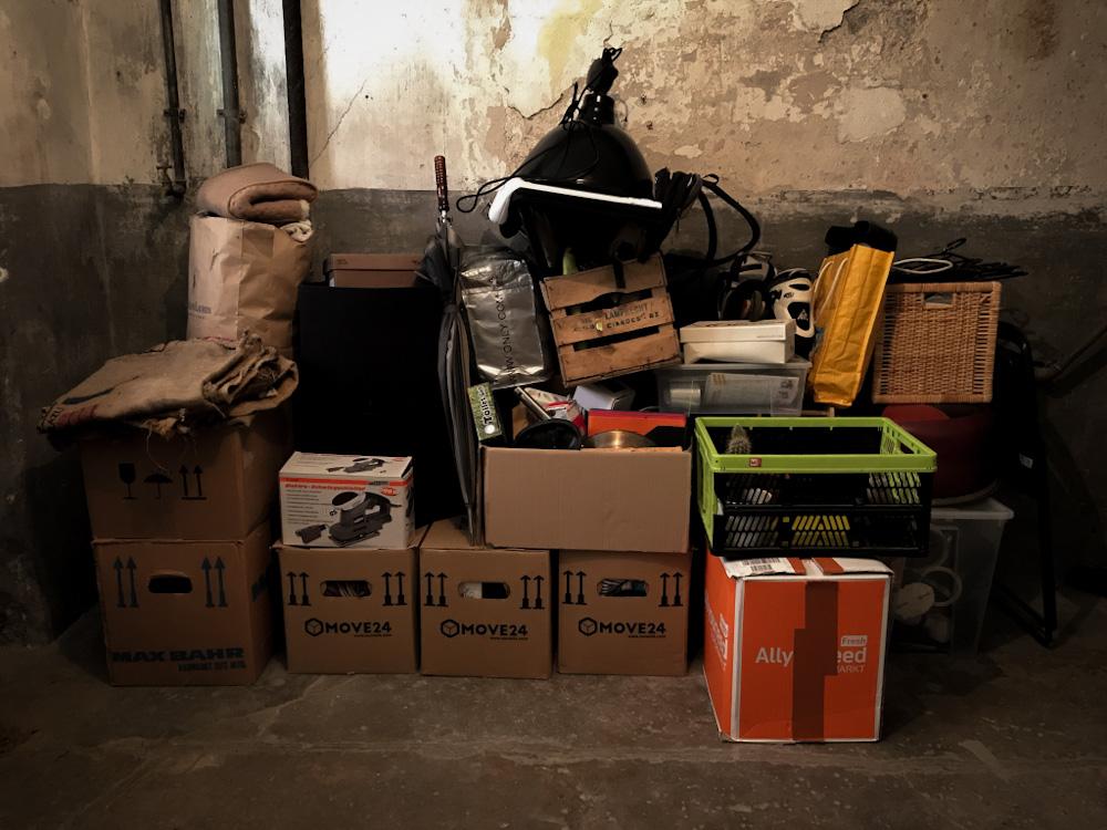 Volle Kisten im Keller vor dem Umzug