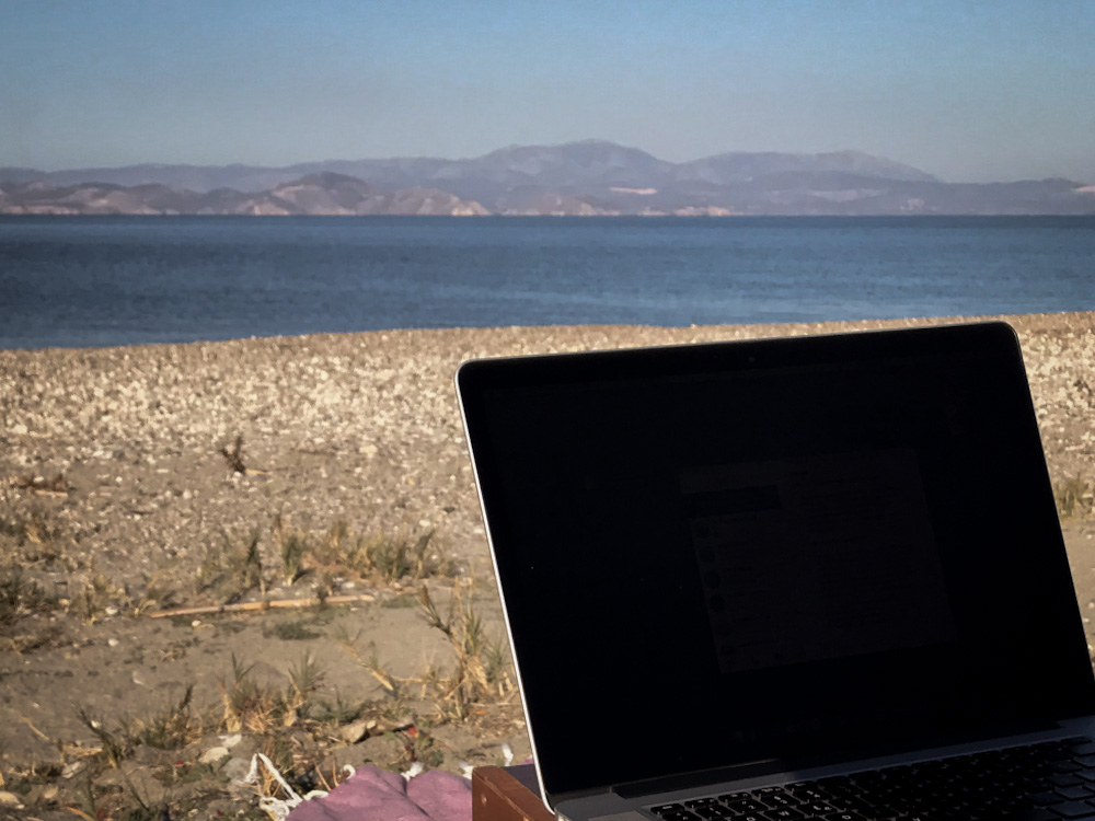 Mobiles Internet im Wohnmobil: Arbeiten am Strand