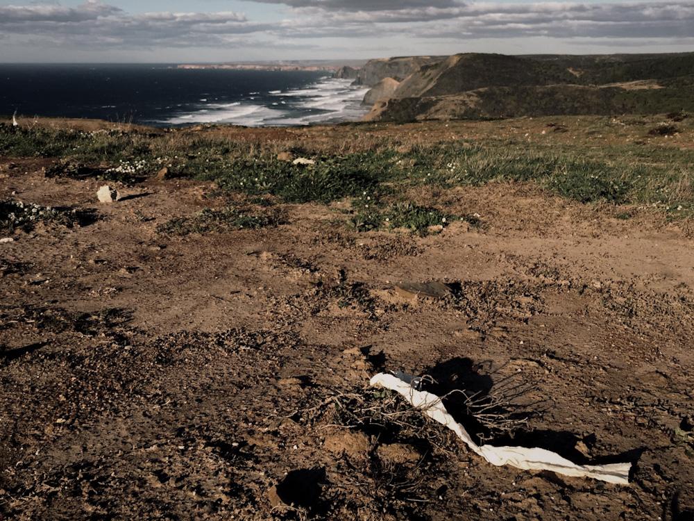 Toilettenpapier verteilt sich an der Küste