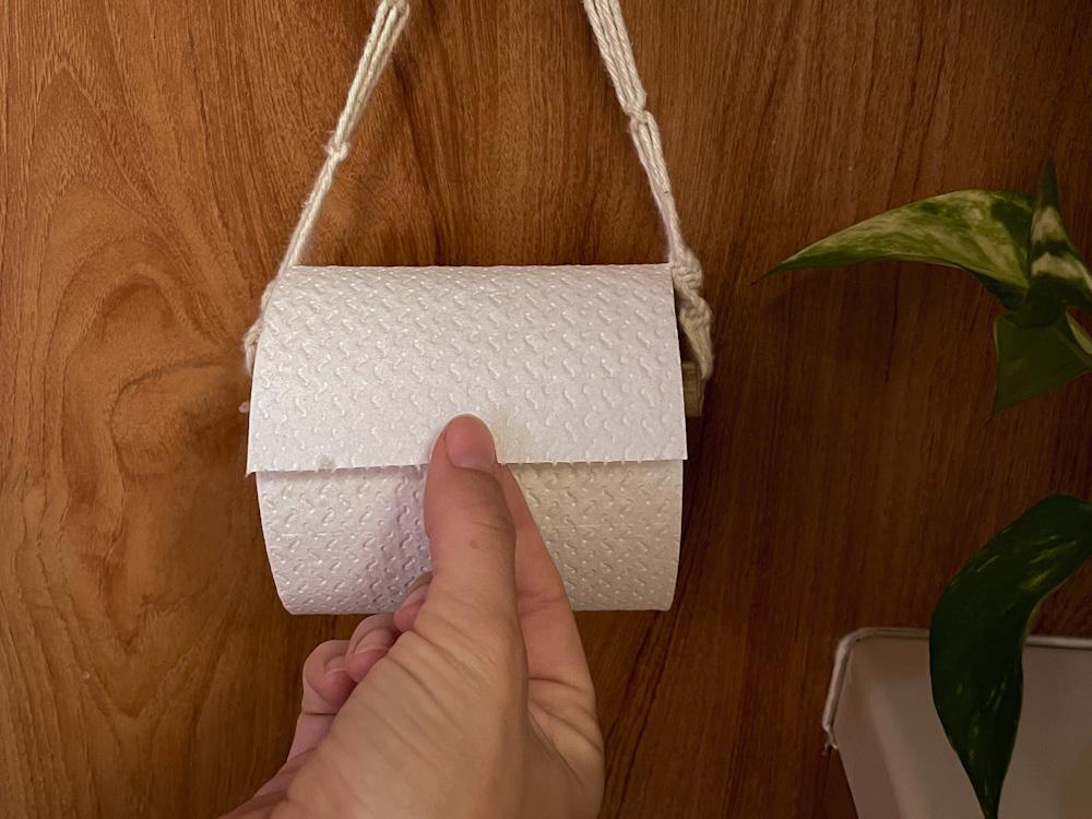 Toilettenpapier an der Trockentrenntoilette